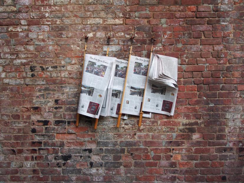 New York Times an Brickstone Wand Cafe Inneneinrichtung vom Feinsten