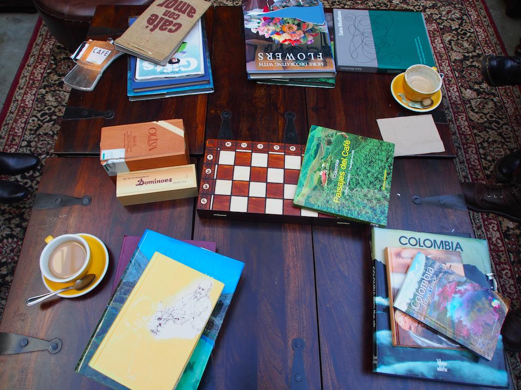 Spiele und Bücher zur Auswahl. Inneneinrichtung Cafe Interior