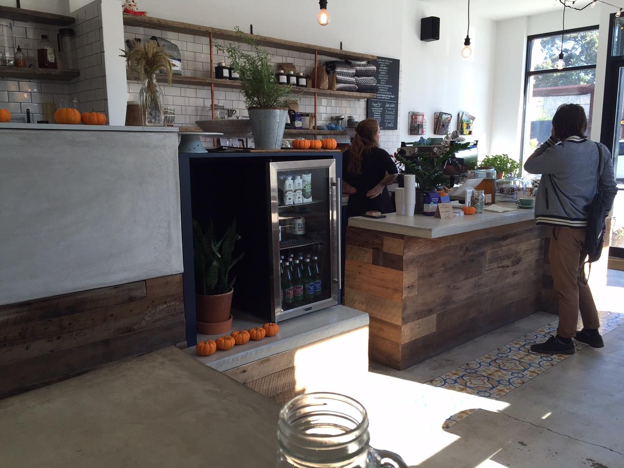 Tresen mit schöner Einrichtung Cafe in Brooklyn New York City Stonefruit