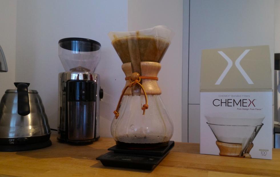 Chemex Karaffe frisch zubereiteter Kaffee auf der einer Waage