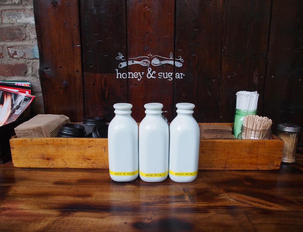 Liebevolle Cafeeinrichtung. Milch, Honig und Zucker