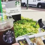 Mit dem Fahrrad im Drive Thru Starbucks