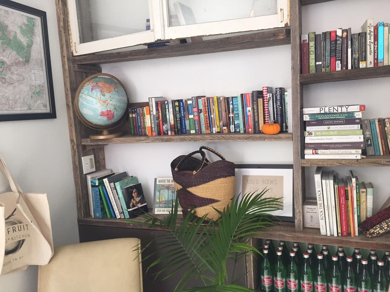 Bücher zum lesen gehören auch mit zur Innenausstattung dieses Cafes in Brooklyn Stonefruit
